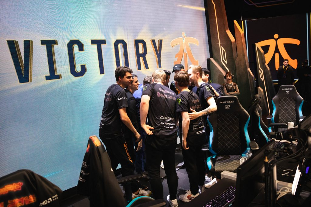 Fnatic swept Cloud 9 in 2018 League of Legends World Championship semifinals and will face IG in the Finals.