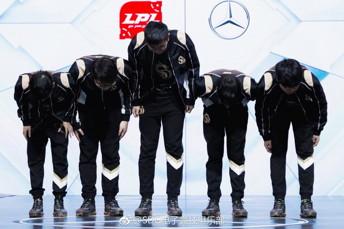 Sinodragons take a bow after defeating EDG (Photo courtesy of LPL)