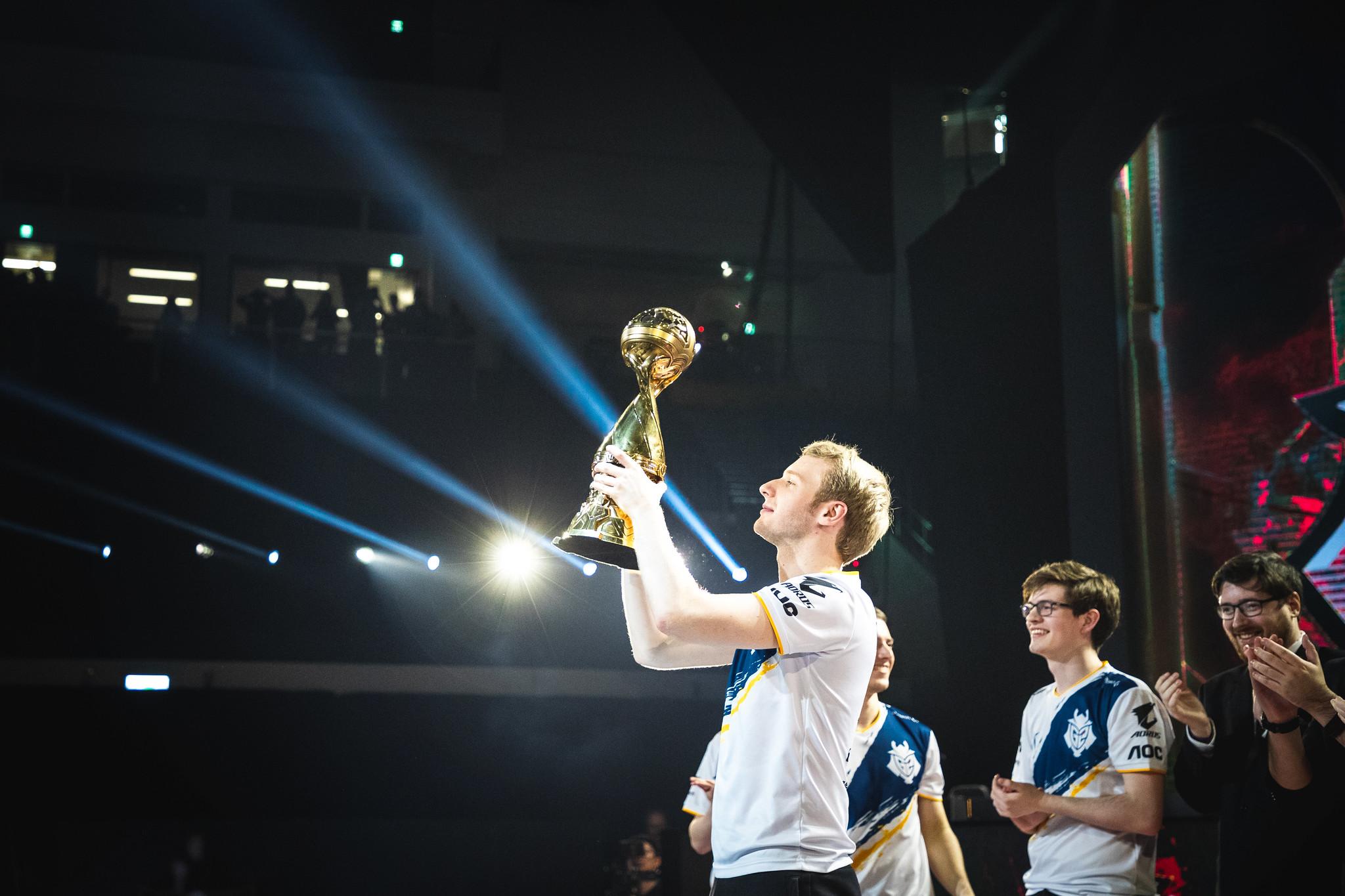 Jankos hoists the MSI trophy