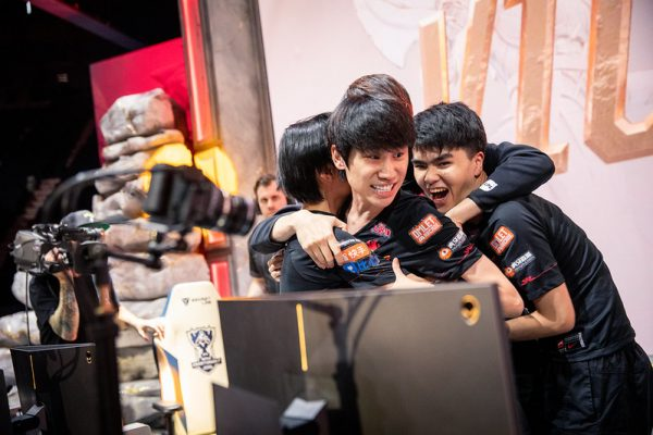 Doinb and FPX celebrates winning at Worlds 2019