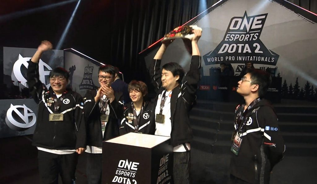 Vici Gaming raise the trophy after an incredible run through the lower bracket at ONE Esports Dota 2 World Pro Invitational Singapore (Photo via Vici Gaming)